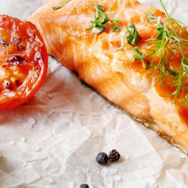 Thunfisch-Steak mit Tomaten