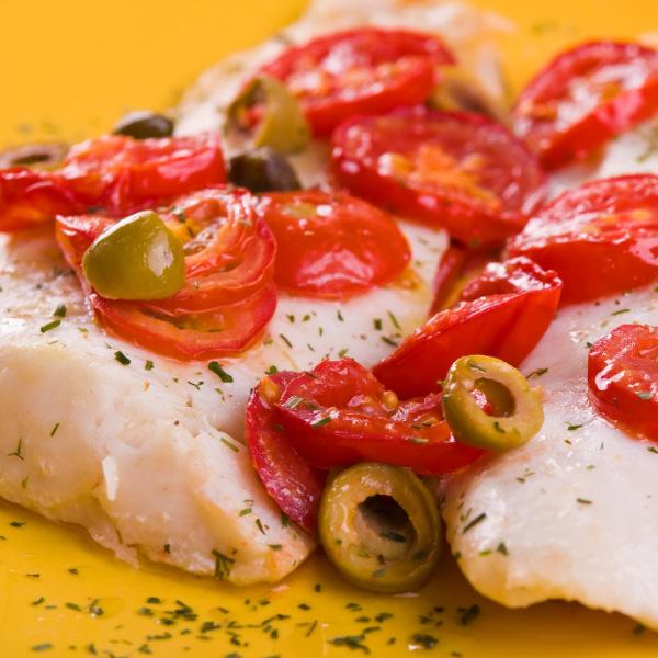 Würziger Heilbutt mit Tomaten und Oliven